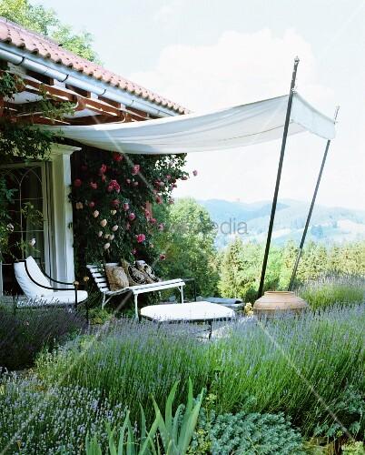 Blick auf Terrassenplatz mit gespanntem Sonnensegel