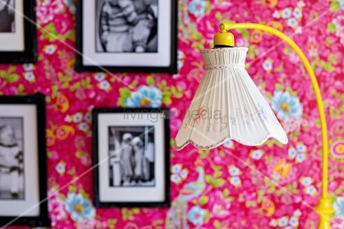 stehleuchte mit nostalgischem stoffschirm im hintergrund gerahmte schwarzweiss fotos an. Black Bedroom Furniture Sets. Home Design Ideas