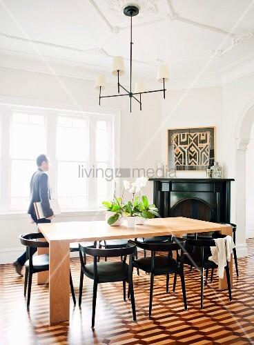 schlichter metallkronleuchter ber modernem holztisch mit schwarzen st hlen in esszimmer mit. Black Bedroom Furniture Sets. Home Design Ideas