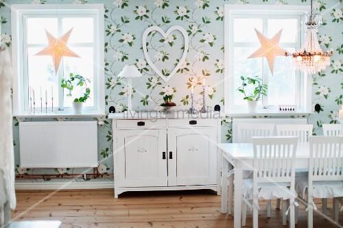 Esszimmer Mit Blumentapete, Weiss Lackierte Möbel Im Landhausstil, Am  Fenster Weihnachtliche Sternen Deko