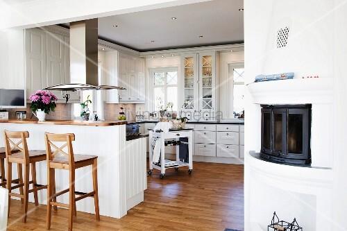 holz barhocker vor fr hst ckstheke mit k chenblock. Black Bedroom Furniture Sets. Home Design Ideas