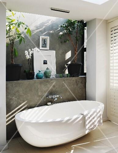 freistehende designer badewanne vor grau verputzter vorsatzschale mit wandarmatur in. Black Bedroom Furniture Sets. Home Design Ideas