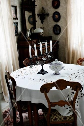 st hle mit geschnitzter r ckenlehne um rundem tisch mit weisser tischdecke in traditioneller. Black Bedroom Furniture Sets. Home Design Ideas