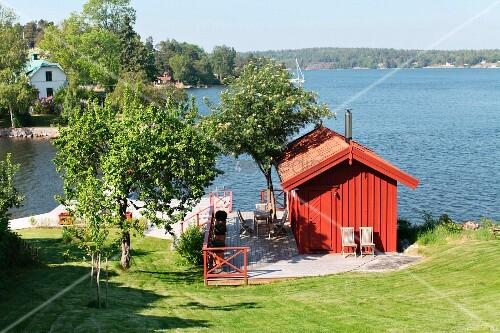 kleines rotes holzhaus an der schwedischen sch renk ste bild kaufen living4media. Black Bedroom Furniture Sets. Home Design Ideas