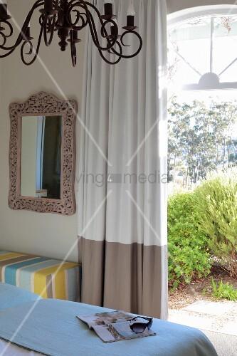blick ber bett auf offene terrassent r bild kaufen. Black Bedroom Furniture Sets. Home Design Ideas