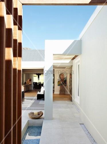 Elegantes Patio Eines Zeitgenössischen Hauses