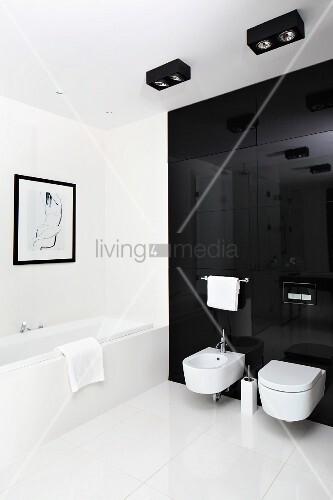 WC Und Bidet An Schwarzer Glaswand Auf Boden Grossformatige Weisse - Fliesen weiß großformat