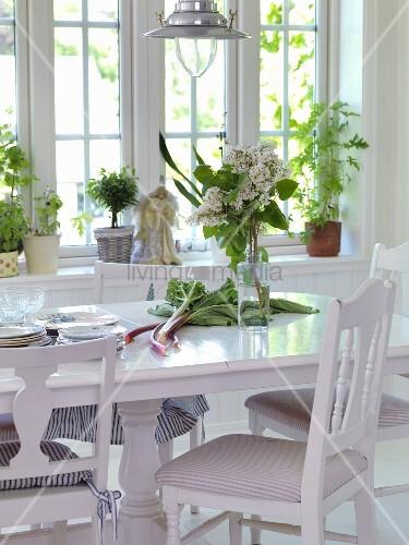 Weisse Stühle Um Esstisch Mit Rhabarber Und Flieder Im Esszimmer