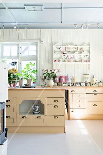 helle k che im landhausstil mit k chenzeile bereck und k cheninsel bild kaufen living4media. Black Bedroom Furniture Sets. Home Design Ideas