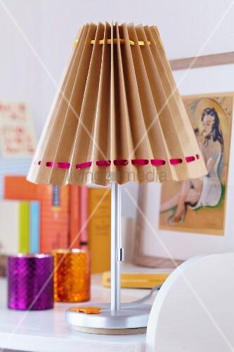 Tischleuchte mit selbstgemachtem Lampenschirm aus Packpapier & Satinbändern