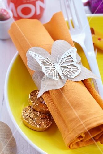Serviettenringe aus Packpapier in Schmetterlingsform