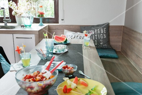 Langer Esstisch mit Eckbank in modern renovierter Küche – Bild ...