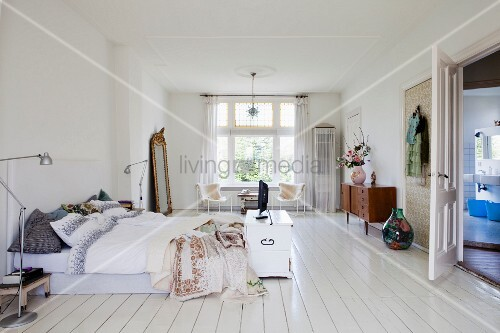 Weitläufiges Schlafzimmer mit Retro-Charme und weissem Dielenboden ...