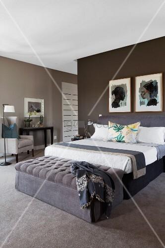 Elegantes Schlafzimmer in Brauntönen – ... – Bild kaufen ...