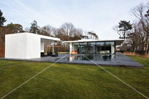 zeitgen ssisches modernes wohnhaus und gartenhaus mit berdachter terrasse am pool bodenplatte. Black Bedroom Furniture Sets. Home Design Ideas