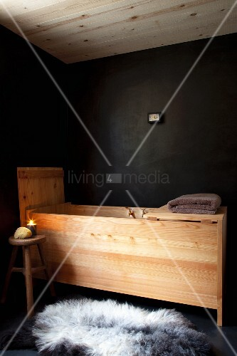 holz badewannentrog vor schwarzer wand bild kaufen 11317514 living4media. Black Bedroom Furniture Sets. Home Design Ideas