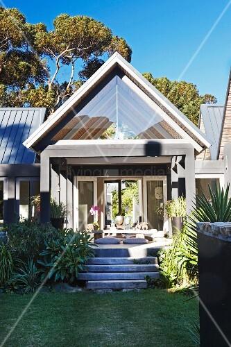 Modernes haus mit treppenaufgang und bild kaufen for Modernes haus mit terrasse