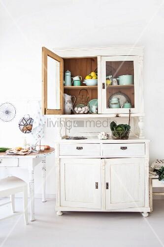 Küche im Landhausstil mit Küchenzubehör in weisser Anrichte – Bild ...