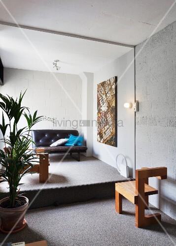 Stuhl aus Massivholz und Zimmerpalme vor ... – Bild kaufen ...