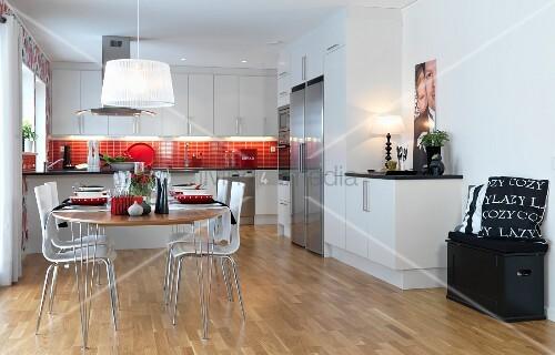 festlich gedeckter ovaler esstisch mit schalenst hlen in. Black Bedroom Furniture Sets. Home Design Ideas