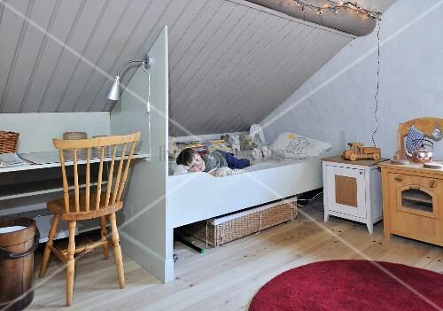 Schlichtes Kinderzimmer Unter Dem Dach Kleiner Junge Im Bett Unter