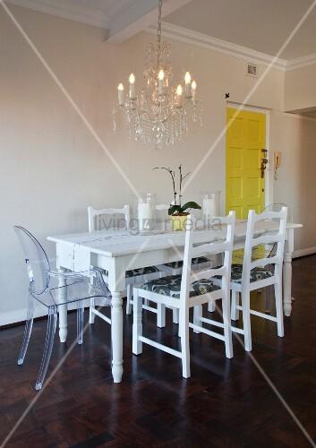 weisser esstisch mit redesigned secondhand st hlen und einem ghoststuhl unter kronleuchter. Black Bedroom Furniture Sets. Home Design Ideas