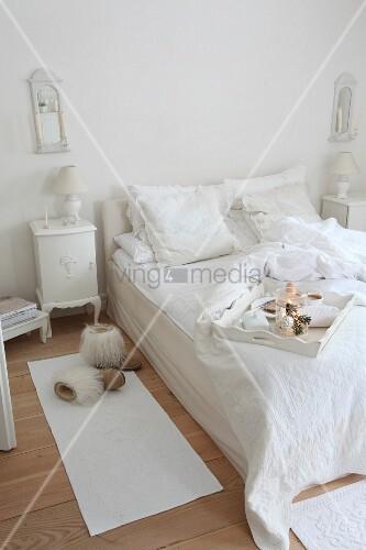 fr hst ckstablett auf bett in bild kaufen 11337678 living4media. Black Bedroom Furniture Sets. Home Design Ideas