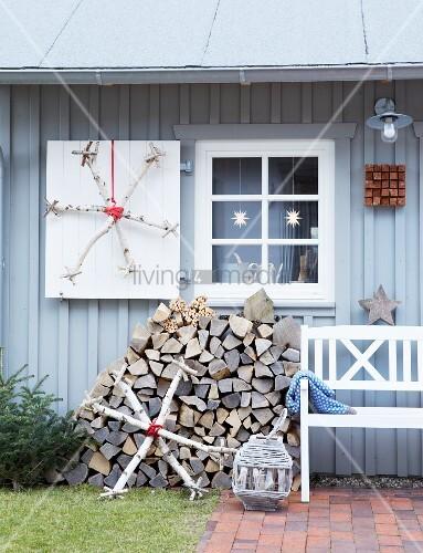 selbstgebastelter eiskristall aus birkenholz an grau gestrichenem holzhaus bild kaufen. Black Bedroom Furniture Sets. Home Design Ideas
