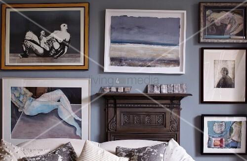 blick ber r ckenlehne eines sofas auf gerahmte bilder an pastellfarbener wand bild kaufen. Black Bedroom Furniture Sets. Home Design Ideas