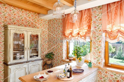 Frühstückstheke in Küche mit Landhaus Charme, an Wand geblümte ...