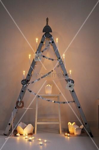 Klappleiter als alternativer Weihnachtsbaum, mit Food-Boxen als Windlichter
