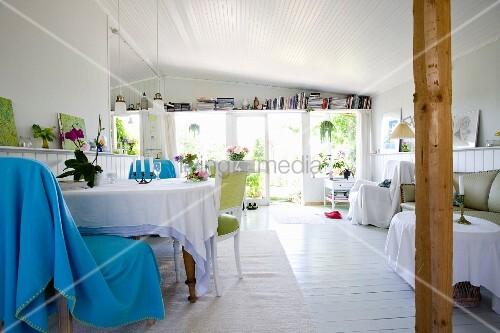 hellblaue decke ber stuhl am tisch mit tischdecke in offenem cottage wohnzimmer mit weissem. Black Bedroom Furniture Sets. Home Design Ideas