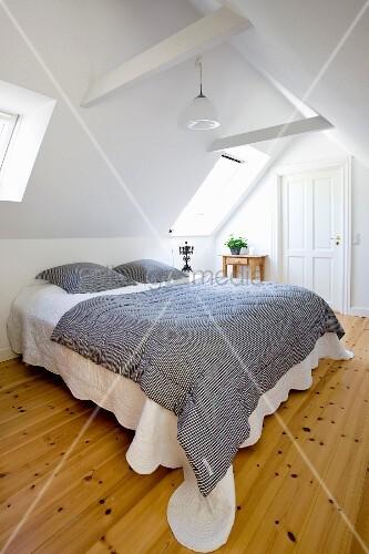 schwarz weiss gestreifte tagesdecke auf bild kaufen. Black Bedroom Furniture Sets. Home Design Ideas