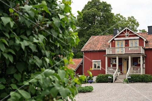 blick von garten auf rotbraunes bild kaufen 11349210 living4media. Black Bedroom Furniture Sets. Home Design Ideas