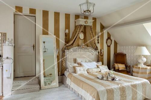 Elegantes Schlafzimmer im Dachgeschoss mit Streifentapete und traditionellem Flair – Bild kaufen ...