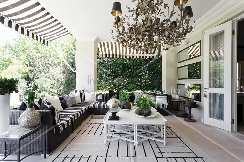 Elegantes Outdoor-Wohnzimmer auf überdachter Terrasse