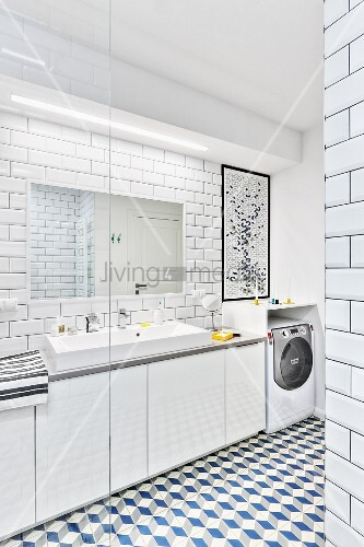 Blick in modernes weisses Badezimmer mit Wand- & Bodenfliesen ...