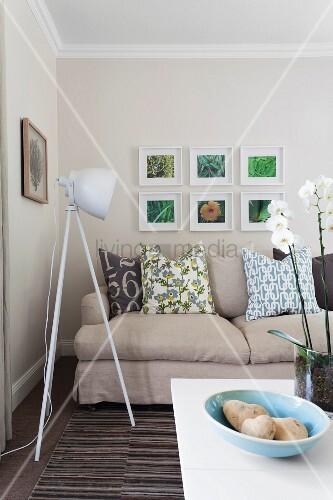 Graue Polstercouch Mit Dekokissen U0026 Dreibeinige Stehleuchte Im  Scheinwerferstil In Modernem Wohnzimmer