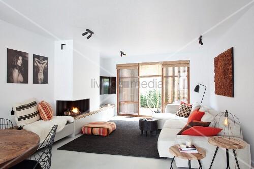 Wohnzimmer Mit Hellem Polstersofa Und Bild Kaufen 11362900