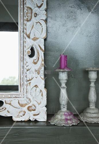 Spiegel-Ausschnitt mit floral verziertem Holzrahmen und Kerzen im Vintage Stil