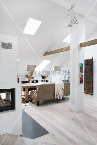 Uberlegen Ausgebautes, Offenes Dachgeschoss Mit Hellem Holzboden, Im Hintergrund  Essbereich Mit Gepolsterter Sitzbank Vor Tisch