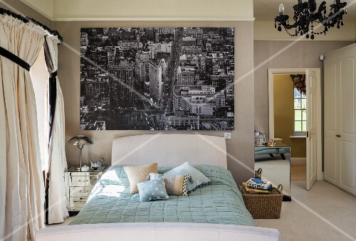 Schlafzimmer im klassischen Stil mit großer Schwarz-Weiß-Fotografie ...