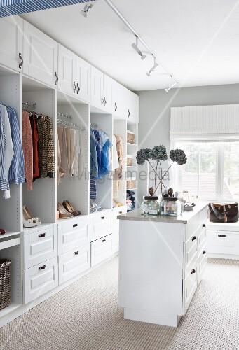 Feminines Ankleidezimmer mit offenem, weißem Kleiderschrank