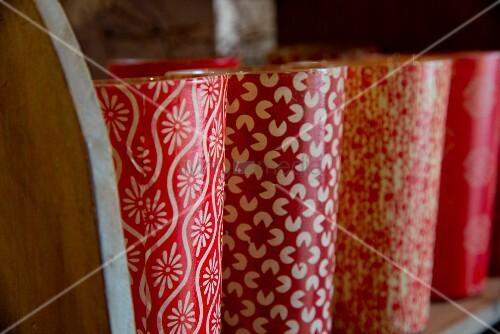 Vasen in Reihe mit rot-weißem Retro Muster