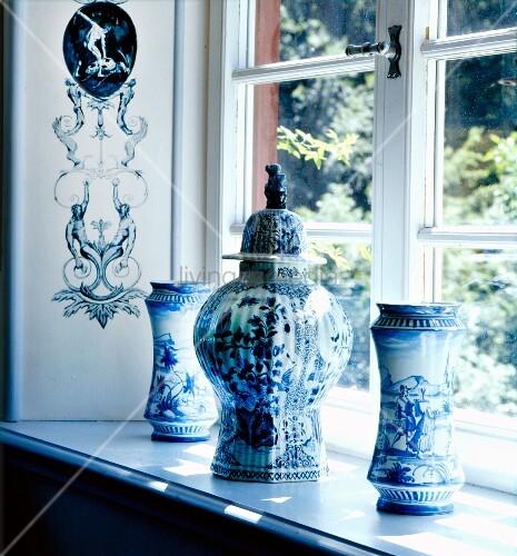 Blau-weiss bemalte chinesische Vasen auf Fensterbank