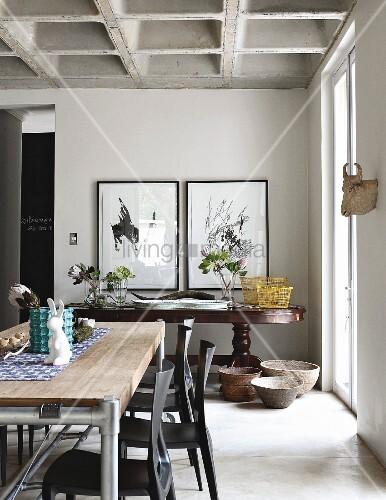 zeitgen ssischer tisch und dunkle st hle im hintergrund antiker wandtisch im esszimmer mit. Black Bedroom Furniture Sets. Home Design Ideas