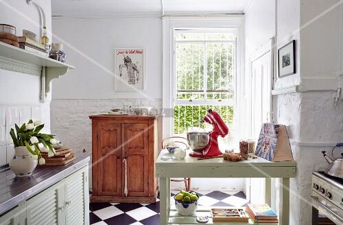 k che im landhausstil mit halbhohem holzschrank und holztisch als arbeitsfl che bild kaufen. Black Bedroom Furniture Sets. Home Design Ideas