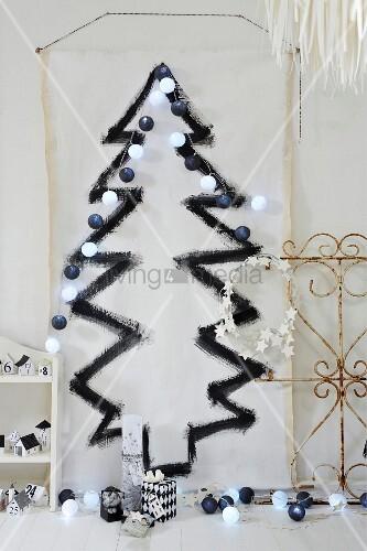 Wei e stoffbahn mit aufgemaltem schwarzem weihnachtsbaum und lichterkette an wand bild kaufen - Wand lichterkette ...