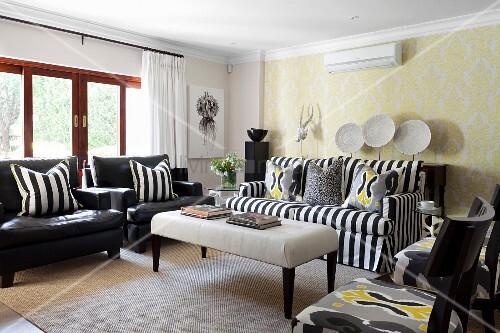 Mustermix im Wohnzimmer mit Streifen … – Bild kaufen ...