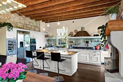 Barhocker an Kücheninsel in offener Küche mit Holzbalkendecke – Bild ...